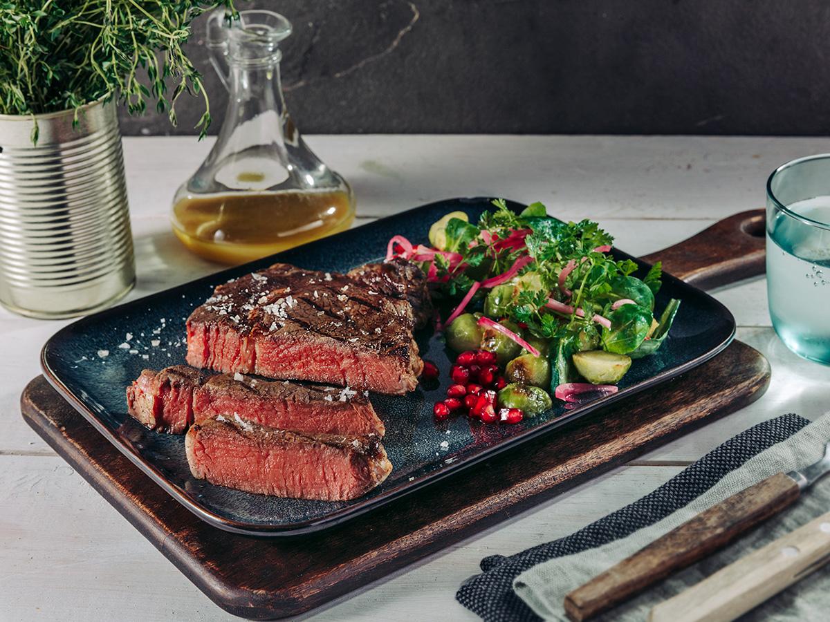 Rib-Eye-Steak mit lauwarmem Rosenkohlsalat und Granatapfel